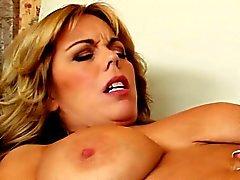 Le couguar lubrique Amber Lynn Bach tenant une grande tige
