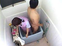 Asian em enfermeiros casa vai ajudar esse cara e lavar seu pau e
