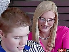MILF мачеха показано мальчик как облизать пизду