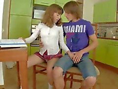 Schulmädchen Sex auf dem Küchentisch