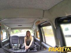 Fälschungs Taxi der reizvollen ausgereifte Mütter die in der Wäsche