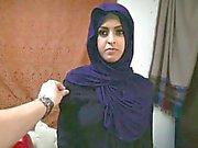 La femme réfugiée arabe obtient le D et l'aime