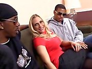 Black adamlar ile Busty sarışın bir kaltak Melek Allwood grup sex