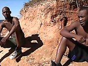 Los chicos africanas calientes tienen sexo gay del hardcore al sol