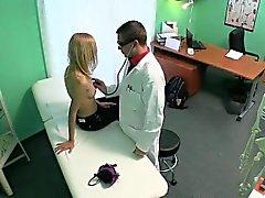 Zierlich Blondine Patientin wird von ihrem Doktor einmassiert