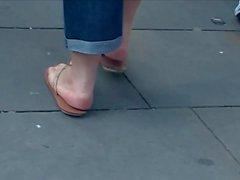 Pembe tabanlar tombul olgun tong sandaletler içinde