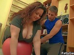 Чабби сука трахает ее в фитнес-инструктор