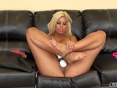 Enorme tit gostosa Bridgette B brinquedos seu clitóris e mostra seus peitos na cam