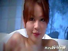 Mooie Aziatische redhead wrijven een geile piemel