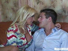 Het blondin mamma järnek Halston knullar en unga stud