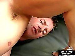 Heiße Muskel Typ masturbiert