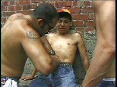Bambino fragile presa da i ragazzi difficili