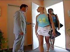 İki güzel kız sert spanked olsun