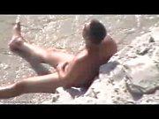 turista solitario sulla spiaggia nude