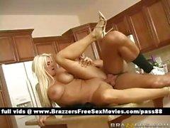 Dilettante dai grossi seni ragazza bionda nuda sulla tabella di cucina ottiene un pompino