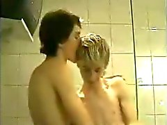 Two young guys fuck in the bathroom !!!