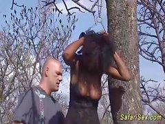 Busty african babe obtient une éjaculation massive