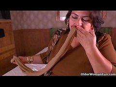 Latina Moms bekommen ungezogen in Nylons Strumpfhosen