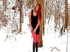 Meia-calça de nylon vermelho na floresta do inverno