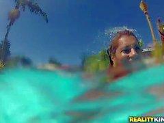 Grazioso ragazza brasiliana Manuale di stripping accanto alla piscina