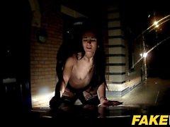 Cop Faux Cheeky jeune fille aime le sexe audacieux en plein air