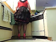 In the Kitchen Siyah Ruffled Skirt sissy in Ray ( penis çekim )
