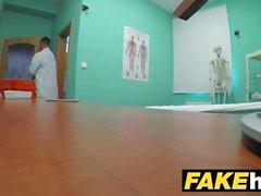 Falskt sjukhus Kåt läkare får knulla en nyskalad petitär tonåring pussy