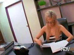 Seksi sarışın sekreter Victoria Beyaz onu kedi ile oynarken ve ofiste bir darbe iş veriyor