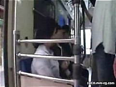 Galones oriental joven que hace un viaje la ciudad y se acosado el tren