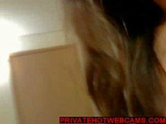 Teen bumst den Arsch mit einem Dildo beim vibriert ihrer Muschi privatehotwebcams