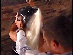 De maîtresse prend ses slavegirl du en latex vêtus éloigné d'elle fuckmate