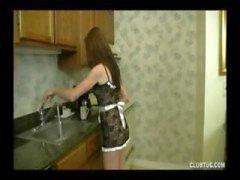Teen brunette donne à ce type un joli branlette POV dans la cuisine