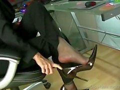 Umfangreiche Homegirl mit ausgeprägtem Heuboden führt eine Fussjob