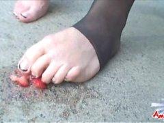 Эмми Дейли - горячей Shemale в колготок играла со своими ног и еды