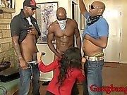 Kinky Babe anal gepocht und Schwalben cum durch schwarze Schwänze