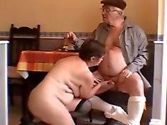 Sehr heiß weißhaariger Großvater und Frau