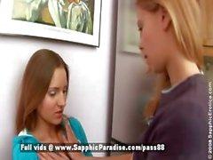 Marien ed Betània bionda e delle lesbiche di redhead baciarsi e spogliarsi della cucina