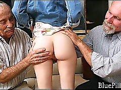 Petite rousse fondeled par pervy vieux hommes