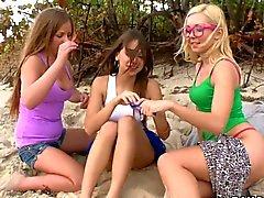 Three lesbianas atractivo de muff buceo en la playa de