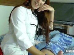 Немецко MILF Медсестра помогает пациента с совершенной мастурбирует