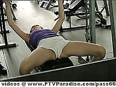D'Aiden belle de femme brunette nichons clignotants du public et le cul en la gym