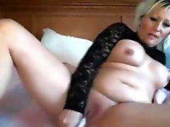 Sensuelle douce MILF Lillianna avec de gros seins se masturbe