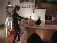 Catsuit fallici mistress omogeneo cazzo di una ragazzo difficile in cucina