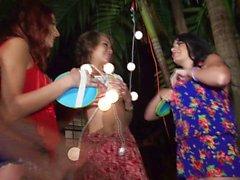 Drei lustige Frauen heiße groupsex draußen