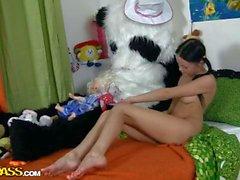 Chick chaud brune baise avec un bon ours panda