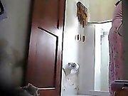 mein langbeinige stepmom ausspioniert in unserem Badezimmer