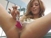 Melanie schattige brunette Babe vulling slipje in haar kut