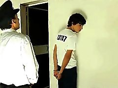 Женоподобный мужчина Stud неопытный петух зрелого сотрудника полиции