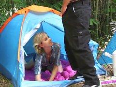 Teen gals und böse Männer Orgie im Lager