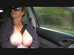 Granny naken utomhus